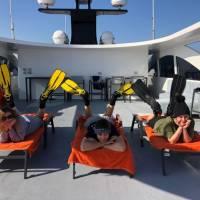 Яхта Neo для дайвинг-сафари в Египте на Красном море. Дайвинг-инструктор проводит мастер-класс между погружениями. Фотобанк RuDIVE