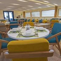 Дайвинг-сафарийная яхта на Красном море Excellence. Салон с гостиной и обеденной зонами