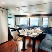 Обеденный зал на судне Galapagos Master